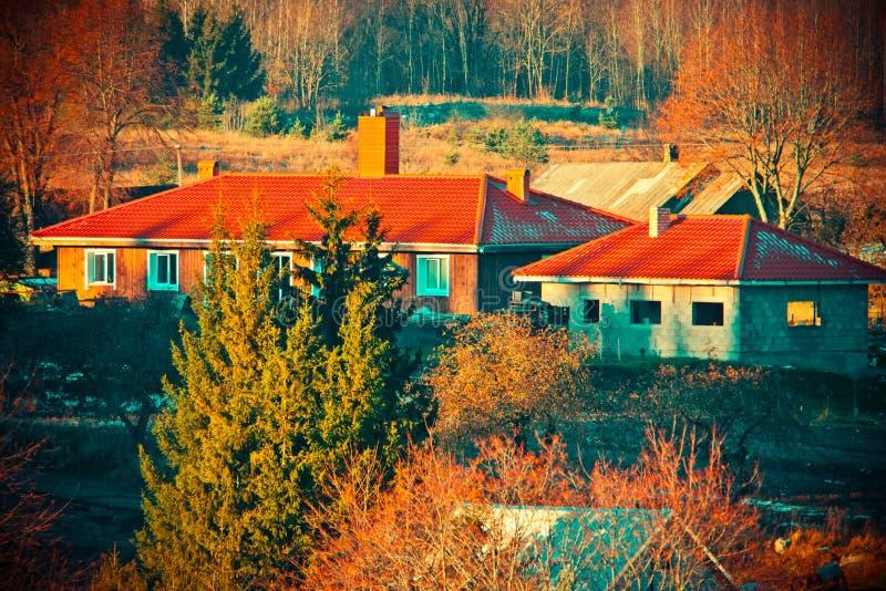 Casas vermelhas do telhado fotos de stock