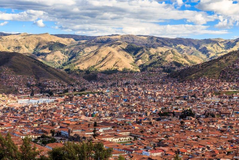 Casas vermelhas do telhado da cidade de Cuzco no vale e no panorama de Andes, imagens de stock