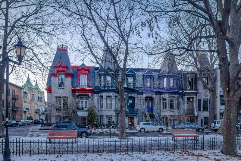 Casas victorianas coloridas en el Saint Louis cuadrado - Montreal, Quebec, Canadá imágenes de archivo libres de regalías