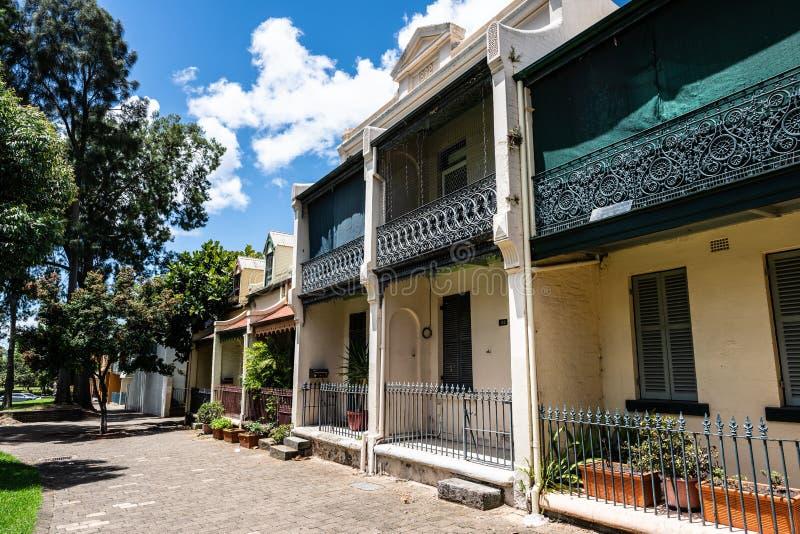 Casas victorianas tradicionales en la calle de Forbes del peatón en Woolloomooloo Sydney NSW Australia imagen de archivo libre de regalías
