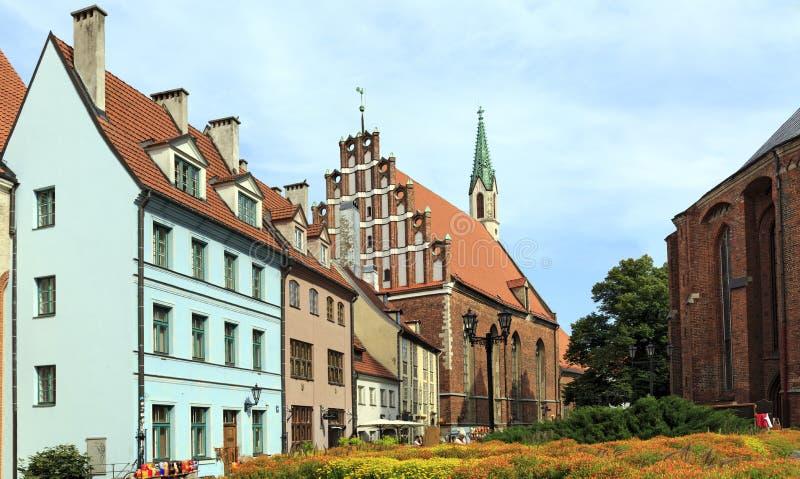 Casas viejas cerca de la iglesia de San Pedro Riga, Latvia fotos de archivo
