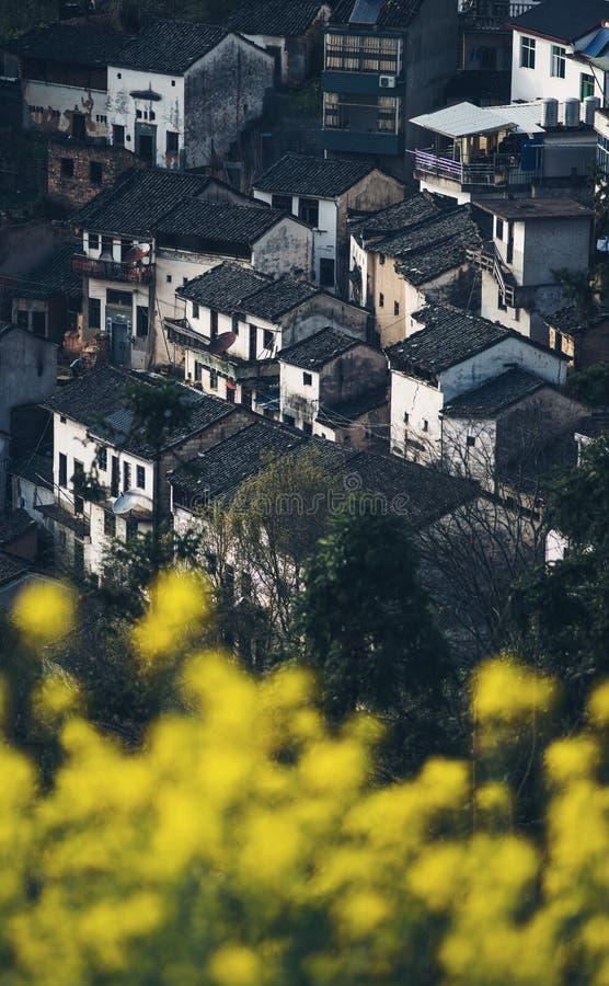 Casas viejas chinas antiguas del pueblo en la montaña, Anhui, huizhou, China fotos de archivo