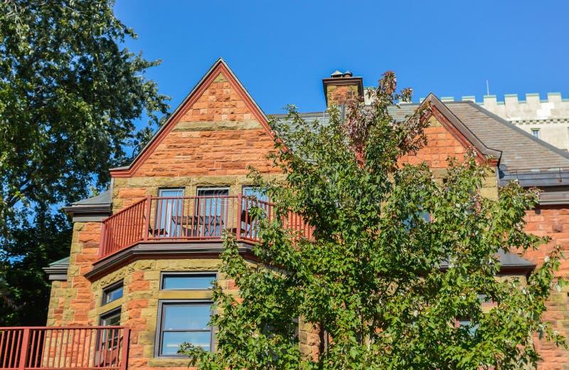 Casas viejas costosas con las ventanas enormes en Montreal foto de archivo libre de regalías