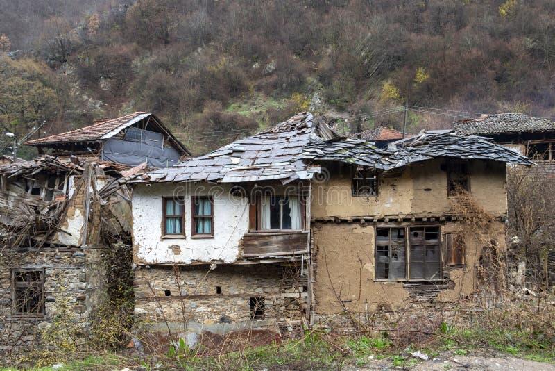 Casas viejas en el pueblo de Pirin en la montaña de Pirin, Bulgaria que cae en ruina imagen de archivo