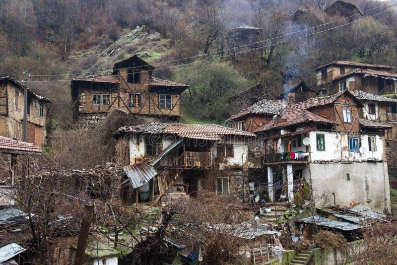 Casas viejas en el pueblo misterioso de Pirin en las montañas de Pirin, Bulgaria fotos de archivo