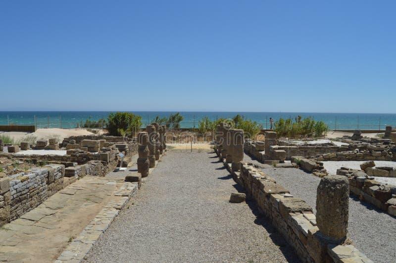 Casas viejas en Roman City Baelo Claudia Dating en del siglo II la playa A.C. de Bolonia en Tarifa Naturaleza, arquitectura, hist imagen de archivo
