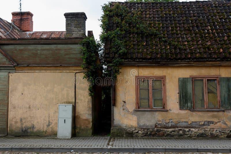 Casas viejas en Talsi, Letonia, opinión de la calle foto de archivo
