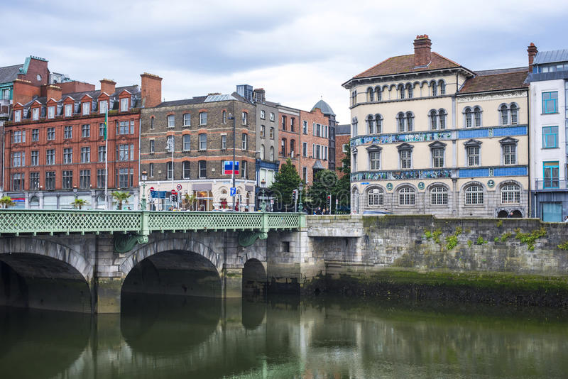 Casas viejas en un río del muelle en el centro histórico de Dublín foto de archivo