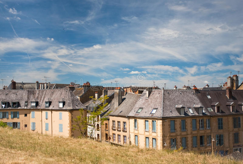 Casas viejas más allá del terraplén