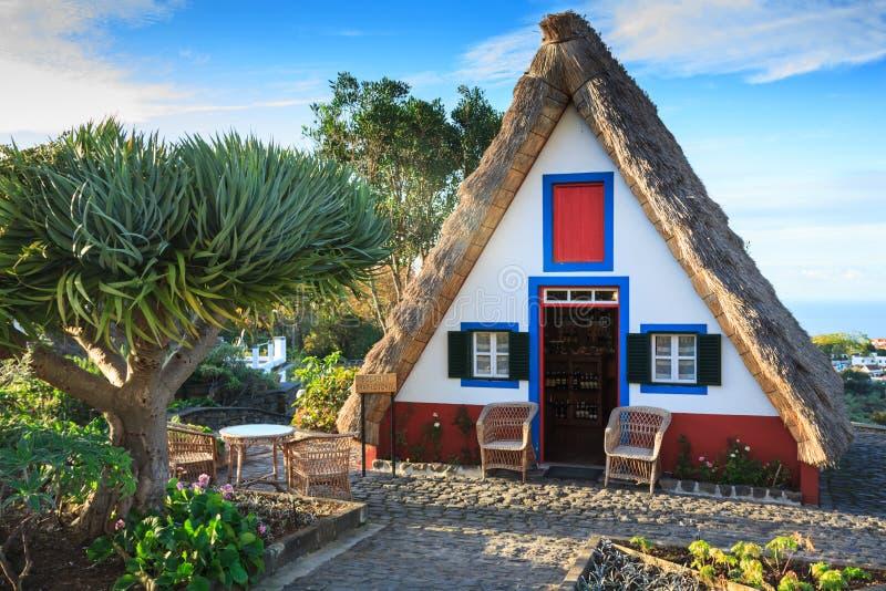 Casas viejas típicas en Santana, isla de Madeira, Portugal foto de archivo libre de regalías