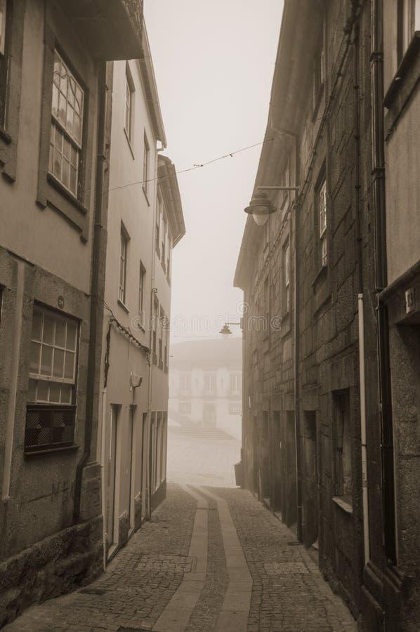 Casas viejas y callej?n abandonado en la niebla de la ma?ana fotos de archivo