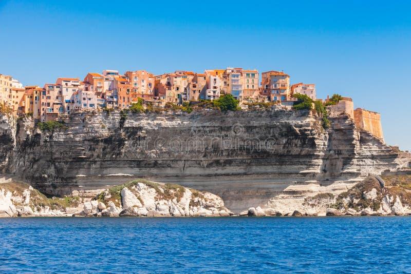 Casas vivas coloridas na costa rochosa, Bonifacio imagens de stock royalty free