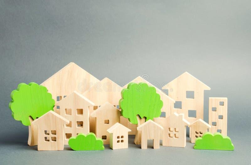 Casas y árboles de madera miniatura del juguete Concepto 6 de las propiedades inmobiliarias Arquitectura en la ciudad infraestruc imágenes de archivo libres de regalías