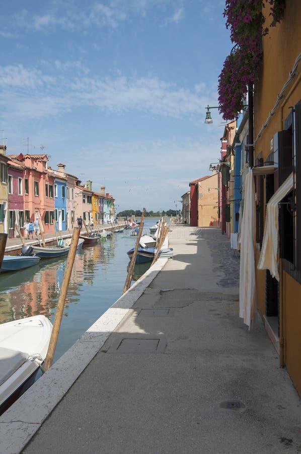 Casas y barcos coloridos de la isla de Burano imagen de archivo libre de regalías