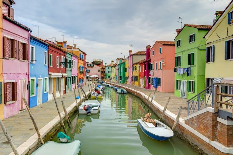 Casas y barcos coloridos de la isla de Burano fotografía de archivo
