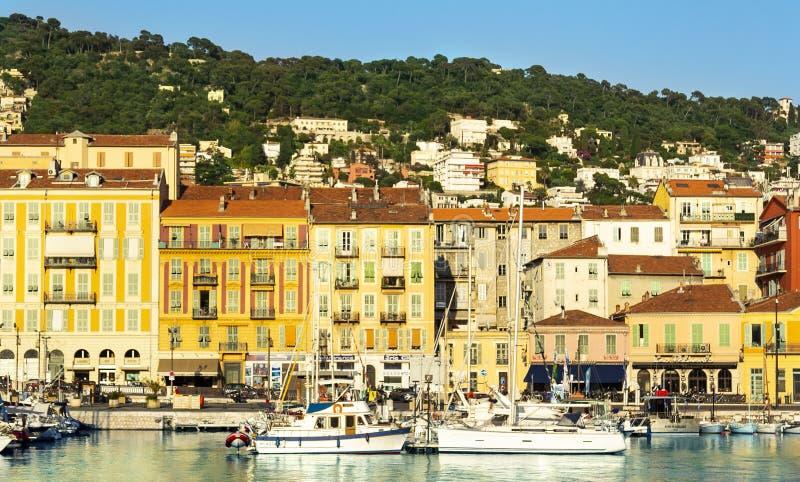 Casas y barcos en Niza puerto en el mar Mediterráneo, Cote d'Azur, Francia imagen de archivo