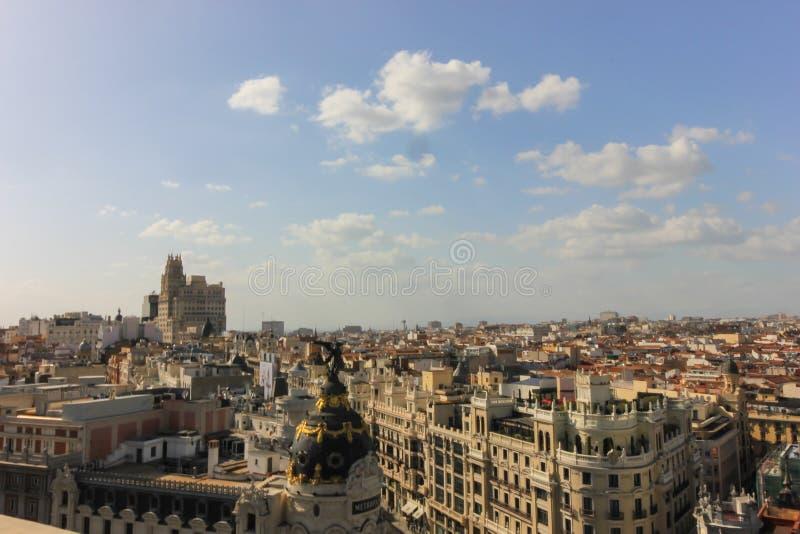 Casas y calles en Madrid, mirando de alto imagenes de archivo