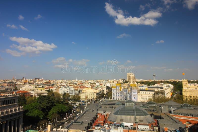 Casas y calles en Madrid, mirando de alto foto de archivo