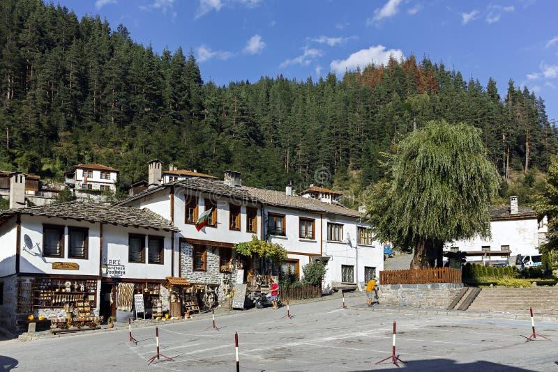 Casas y calles viejas en la ciudad histórica de Shiroka Laka, Bulgaria fotografía de archivo