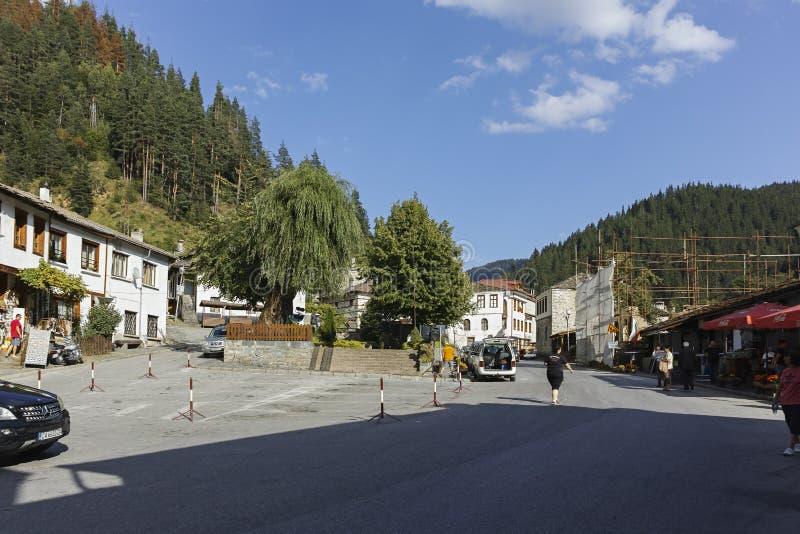 Casas y calles viejas en la ciudad histórica de Shiroka Laka, Bulgaria imagen de archivo