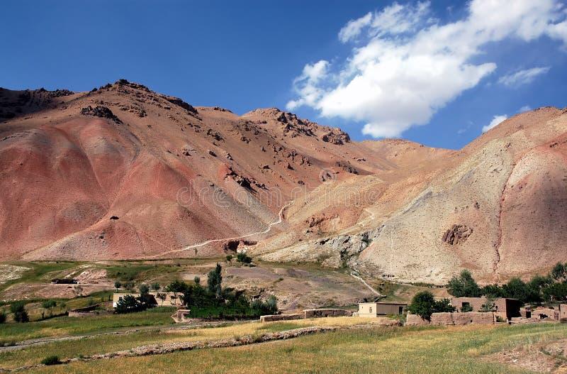 Casas y campos en una pequeña aldea entre Chaghcharan y el Minaret de la Jamón en Afganistán foto de archivo libre de regalías