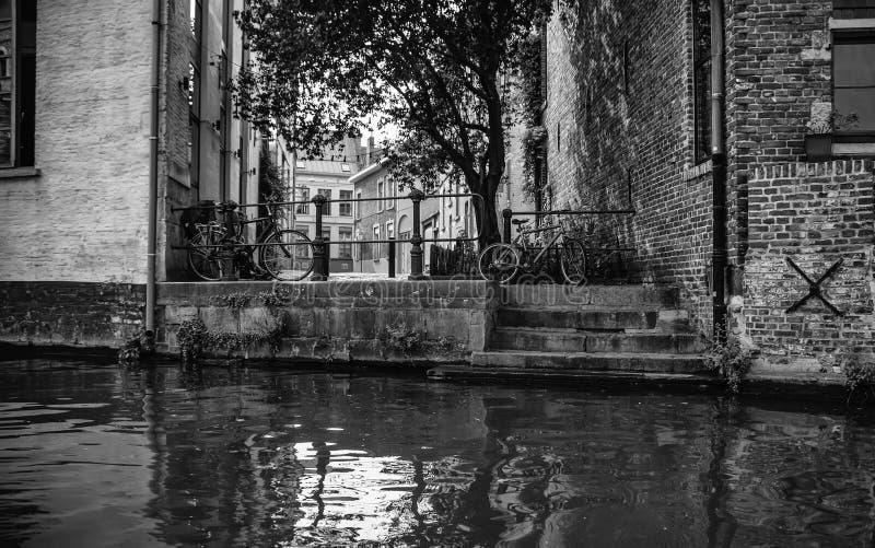 Casas y canal de agua t?picos fotos de archivo libres de regalías