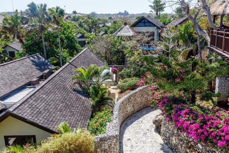 Casas y chalets en el acantilado sobre Karma Beach, Ungasan, isla de Bali, Indonesia imágenes de archivo libres de regalías