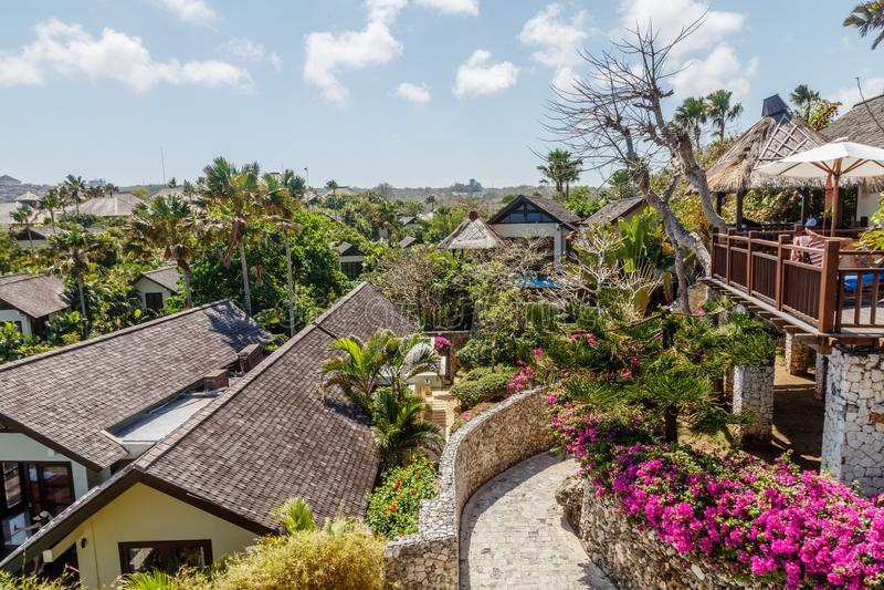 Casas y chalets en el acantilado sobre Karma Beach, Ungasan, isla de Bali, Indonesia imagenes de archivo