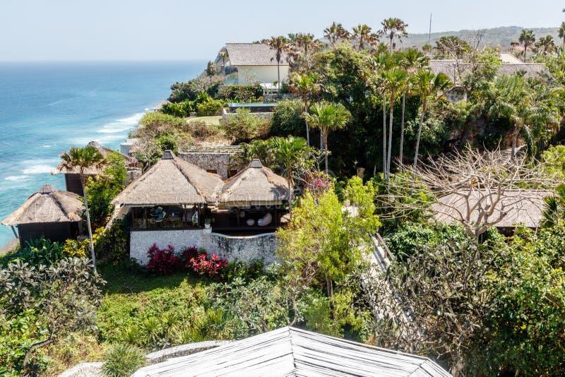 Casas y chalets en el acantilado sobre Karma Beach, Ungasan, isla de Bali, Indonesia foto de archivo libre de regalías
