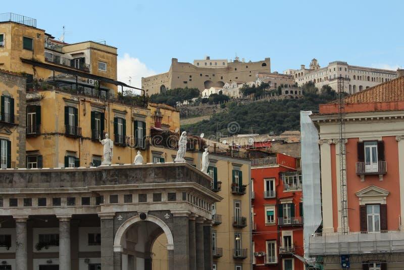 Casas y estatuas italianas coloridas imagen de archivo libre de regalías