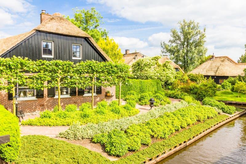 Casas y jardines holandeses típicos en Giethoorn foto de archivo
