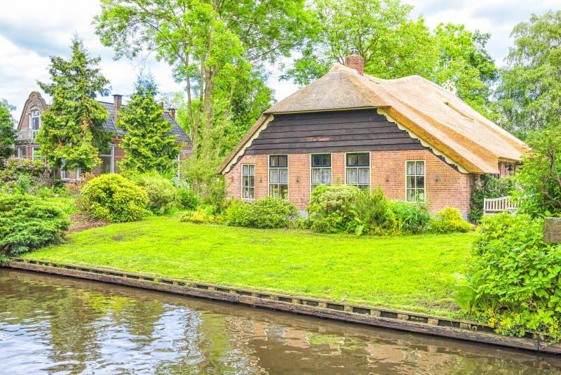 Casas y jardines holandeses típicos en Giethoorn fotografía de archivo libre de regalías