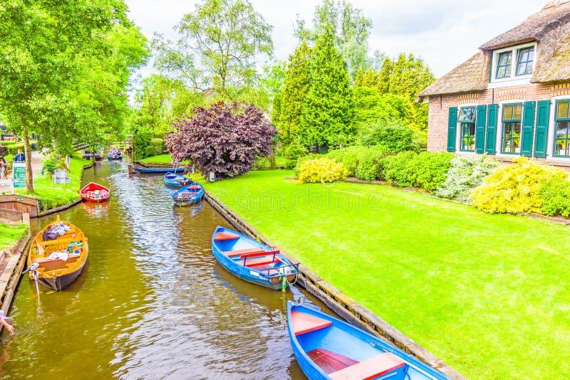 Casas y jardines holandeses típicos en Giethoorn imagen de archivo libre de regalías