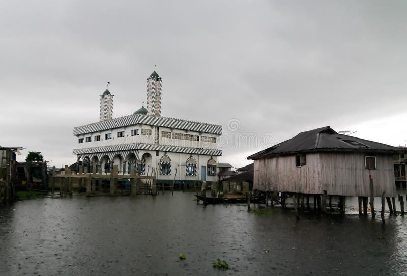 Casas y mezquita del zanco en el pueblo de Ganvie en el lago Nokoue, Benin fotografía de archivo
