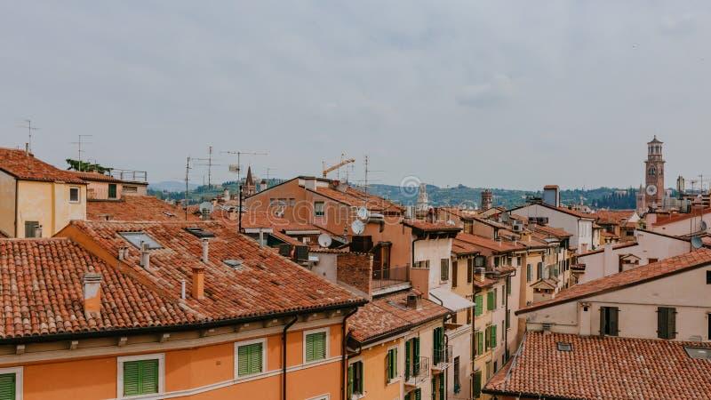 Casas y paisaje urbano de Verona, Italia, con la torre de Lamberti, la torre medieval más alta de Verona imágenes de archivo libres de regalías