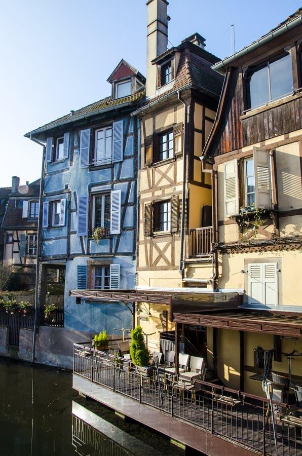 Casas y sus exteriores en Colmar romántico en Francia durante invierno foto de archivo libre de regalías