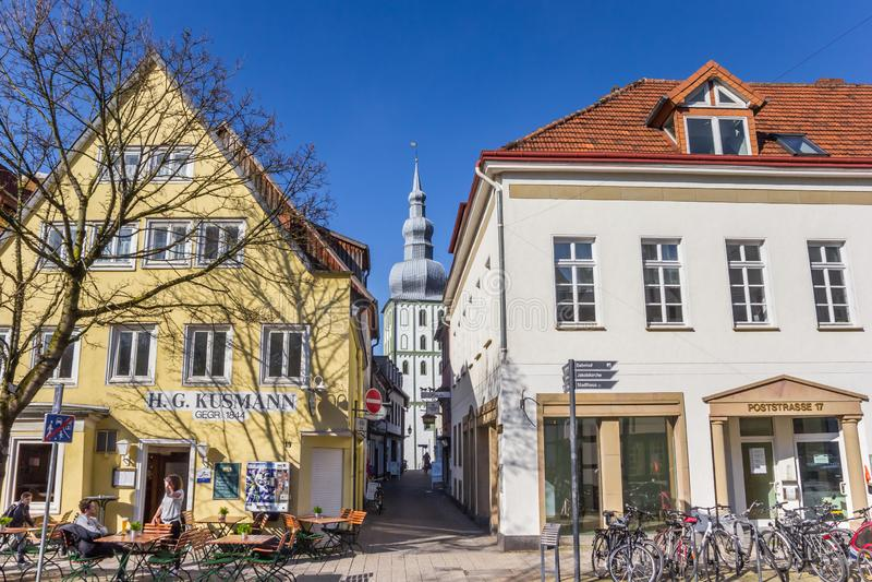 Casas y torre de iglesia en la ciudad histórica Lippstadt imagen de archivo libre de regalías