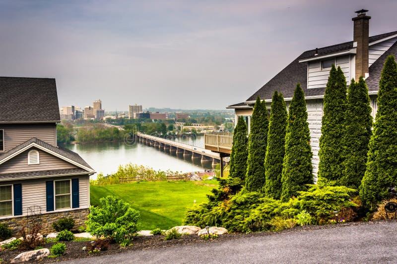 Casas y vista de Harrisburg de una cumbre en Lemoyne, Pennsyl foto de archivo libre de regalías