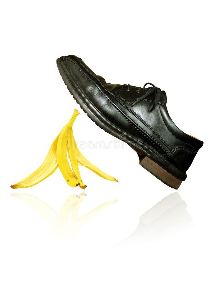casca da banana sob a sapata foto de stock royalty free