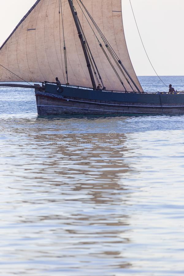 casca da exibição do dhow do transporte e detalhe tradicionais da vela imagem de stock