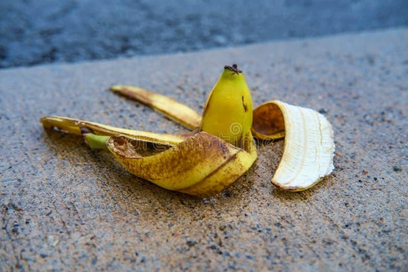 Casca escorregadi?o da banana da com?dia foto de stock