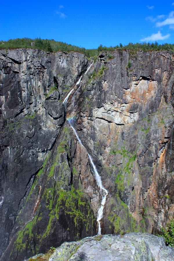 Cascada abajo de una montaña foto de archivo libre de regalías
