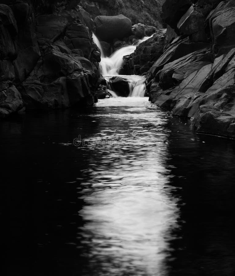 Cascada blanco y negro de la montaña de Drakensburg imagen de archivo libre de regalías
