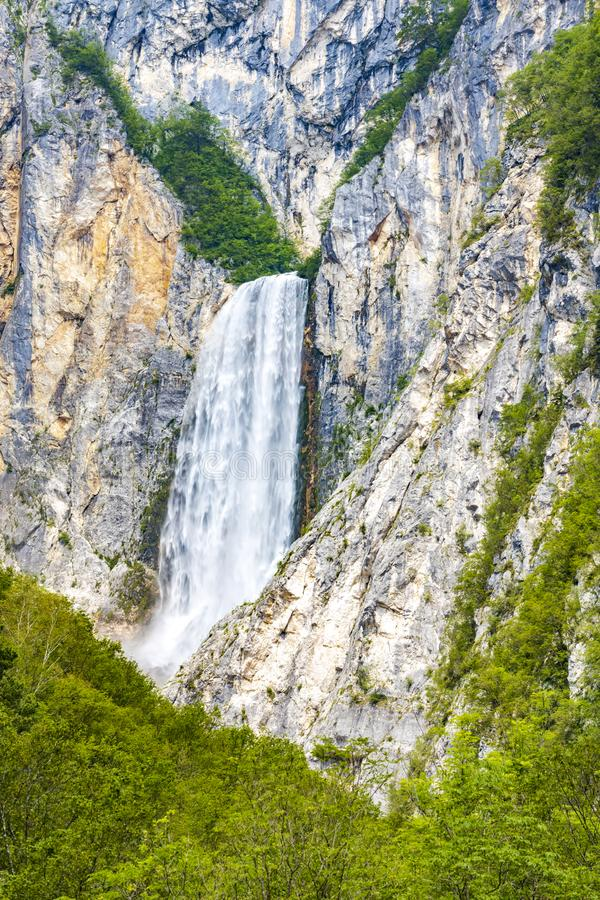Cascada Boka cerca del río de Soca en Eslovenia imagen de archivo libre de regalías