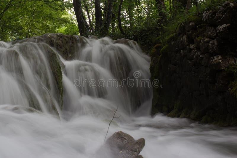 Cascada brumosa hermosa del agua imagen de archivo