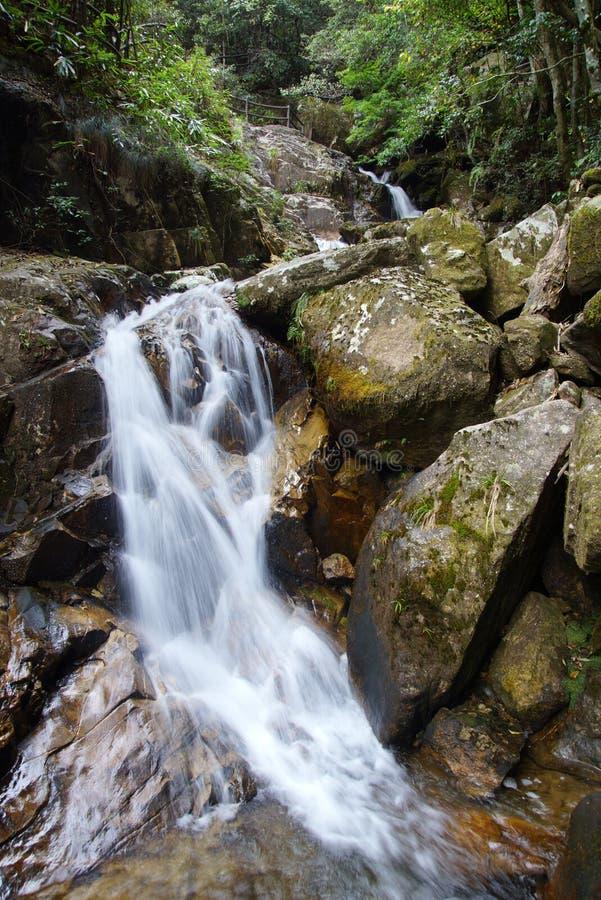 Cascada cerca de la montaña de Wuyishan, provincia de Fujian, China imagenes de archivo