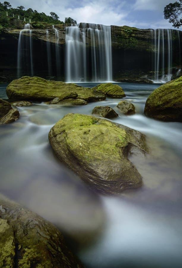 Cascada cerca de las colinas del jaintia, Meghalaya, la India de Krang Suri fotografía de archivo