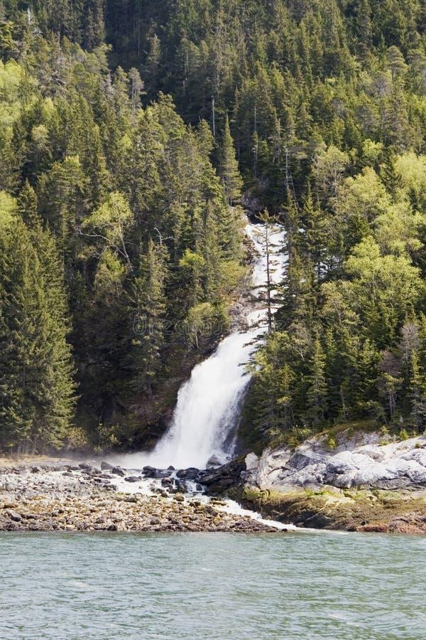 Cascada cerca de Skagway Alaska imagen de archivo