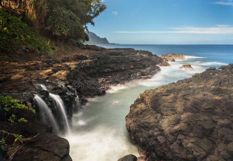 Cascada cerca del baño del Queens en Princeville Kauai imagenes de archivo