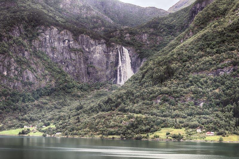 Cascada cerca del sognefjord foto de archivo